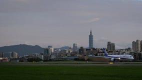 4K, коммерчески посадка пассажирских самолетов с взглядом башни Тайбэя 101 видеоматериал