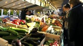 4K, люди покупают свежие овощи на уличном рынке Grenellein Рынок фермеров видеоматериал