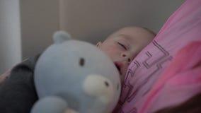 4k - милый маленький младенец спит на руках его матери во время полета самолета сток-видео