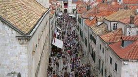 4K Много людей идя вниз с Stradun, главной улицы Дубровника, Хорватии акции видеоматериалы
