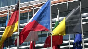 4K Некоторые флаги стран Европейского союза развевают Европейский квартал видеоматериал