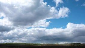 4K Облака Timelapse над зеленым полем акции видеоматериалы