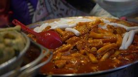 4K популярная корейская еда Tteok-bokki Шевелить-зажаренные торты риса Пусан, Южная Корея видеоматериал