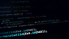 4K Программируя исходный код бежать через экран компьютера акции видеоматериалы