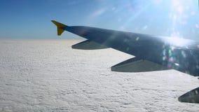4K путешествуя самолетом Плоское крыло в полете Красивое небо Чудесные облака сток-видео