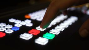 4K, рука отжимает кнопки на смесителе передачи видеоматериал