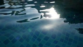 4K Сверкная свежая волнистая вода сияющая на солнечный летний день Абстрактная спокойная вода в предпосылке бассейна расплывчатой видеоматериал