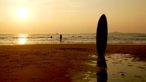 4K силуэт сестры и брата бежать и играя в воде на пляже на заходе солнца красота и радостное havin друзей подростка