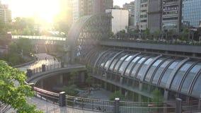 4K станция в городе Тайбэя, заход солнца парка Daan метро городского пейзажа Тайваня сток-видео