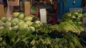 4K, стойл с кучей свежих овощей, салат и другие натуральные продукты акции видеоматериалы
