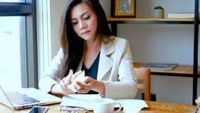 4K усиленная уставшая расстроенная творческая женщина сидя на столе офиса с ноутбуком, срывающ бумажное и скомканный стресс на ра видеоматериал