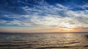 4K ультра HD (4096 x px 2304): Идущие облака на большом небе над отснятым видеоматериалом промежутка времени озера акции видеоматериалы