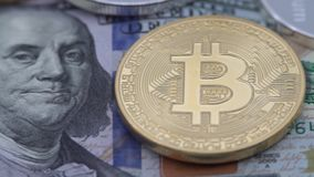 4K физический металл валюта Bitcoin и Ethereum на белой предпосылке BTC ETH-Дэн видеоматериал