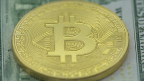 4K физический металл валюта Bitcoin и Ethereum на белой предпосылке BTC ETH-Дэн акции видеоматериалы
