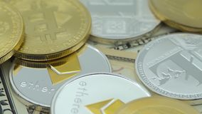 4K физический металл валюта Bitcoin и Ethereum на белой предпосылке BTC ETH-Дэн сток-видео