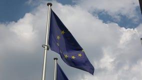 4K Флаги Европейского союза развевают около европейской комиссии видеоматериал