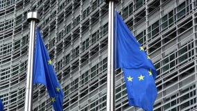 4K Флаги Европейского союза развевая перед зданием Berlaymont, Брюсселем сток-видео