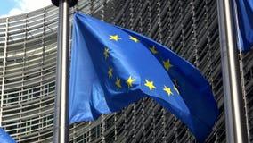 4K Флаг Европейского союза развевая перед зданием Berlaymont, Брюсселем акции видеоматериалы