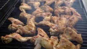 4K, человек положило соль к цыпленку marinated частями на гриль BBQ Жарить барбекю акции видеоматериалы