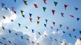 4K 五颜六色的吹在风的设计装饰三角公平的旗子垂悬在乐趣节日党前夕的天空蔚蓝背景 影视素材