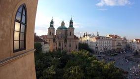 4K 从圣尼古拉斯教会的窗口的看法在布拉格,捷克 股票录像