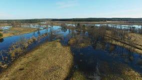 4K 低飞行和起飞在被充斥的蓝色河在早期的春天,空中全景 股票录像