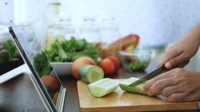 4K 切黄瓜的女性手,成份为烹调做准备通过片剂跟随烹调在网站上的网上录象剪辑 烹调 影视素材