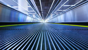 4K移动的自动扶梯行动迷离timelapse在机场 股票录像