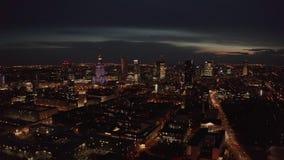 4K 华沙市大都会地平线空中射击在晚上 摩天大楼城市大厦壮观的鸟瞰图在 股票录像