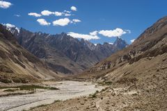 K2在喀喇昆仑山脉范围,巴基斯坦的迁徙的足迹风景  免版税库存图片
