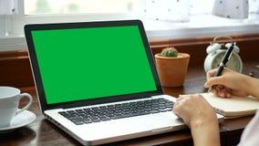 4K 在家学会网上课程有笔记本膝上型计算机的,电子教学教育概念的特写镜头妇女 计算机膝上型计算机 股票视频