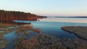 4K 在狂放的结冰的湖的低飞行在日落,鸟瞰图的冬天 影视素材