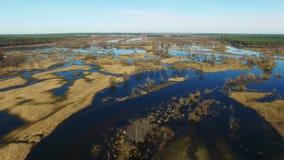 4K 在被充斥的蓝色河的飞行在早期的春天,空中全景 股票录像
