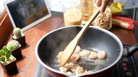 4K 女性手在平底锅投入了虾,并且混乱,成份为烹调做准备跟随 烹调美满的生活方式概念 影视素材