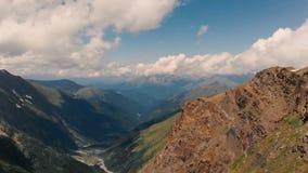 4k - 山和谷在云彩附近,空中行动的美丽的景色 股票视频