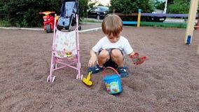 4k 3岁录影使用与在操场的玩具的小孩男孩在公园 影视素材