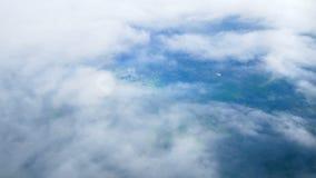 4K 旅行航空 看法通过飞机窗口 在云彩天空和乡下上的飞机飞行 股票录像