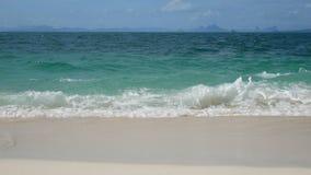 4K 海的软的波浪,在白色沙子海滩的清楚的水与拷贝空白区 热带夏天海海滩为假日 股票录像