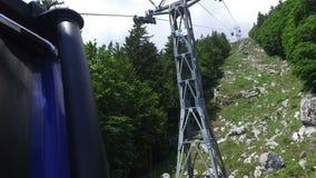 4K 缆索铁路的缆车移动由山上面,斯洛文尼亚决定 朱利安阿尔卑斯山, Soca谷, Bovec区 从里边看法 股票录像