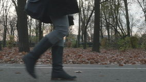 4k - 走在一个胡同的少妇在公园 影视素材