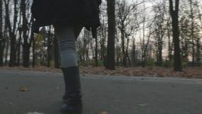 4k - 走通过在一个胡同的秋叶的少妇在公园 股票录像