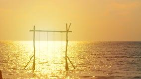 4K 进来到在海的摇摆的愉快的夫妇剪影在日落时间 愉快的暑假概念 股票视频