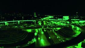 4K 高速公路与加速在路的繁忙的城市交通的路互换鸟瞰图在晚上 连接点网络  股票录像