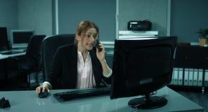 4K :年轻雇员在她的个人计算机工作 股票录像