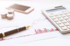 Ручка предпосылки, K-линия диаграмма, мобильный телефон, калькулятор стоковое фото rf