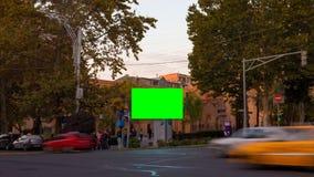 4K βίντεο ΧΡΟΝΙΚΟΥ ΣΦΑΛΜΑΤΟΣ Διαφήμιση του πίνακα διαφημίσεων με την πράσινη οθόνη στο κέντρο της εικονικής παράστασης πόλης φθιν απόθεμα βίντεο
