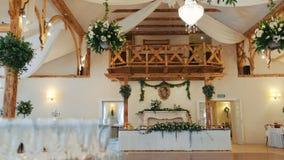 Εσωτερικό μιας διακόσμησης γαμήλιων αιθουσών έτοιμης για τους φιλοξενουμένους Όμορφο δωμάτιο για τις τελετές και τους γάμους Γαμή απόθεμα βίντεο