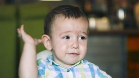 Η μητέρα δίνει τις παιδικές τροφές από ένα κουτάλι μωρών σε ένα εστιατόριο, ένα παιδί τρώει πρόθυμα 4K φιλμ μικρού μήκους