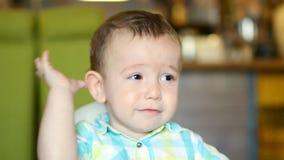 Η μητέρα δίνει τις παιδικές τροφές από ένα κουτάλι μωρών σε ένα εστιατόριο, ένα παιδί τρώει πρόθυμα 4K απόθεμα βίντεο