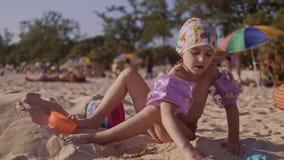 使用在热带海滩的沙子的美丽的女孩在4K 影视素材